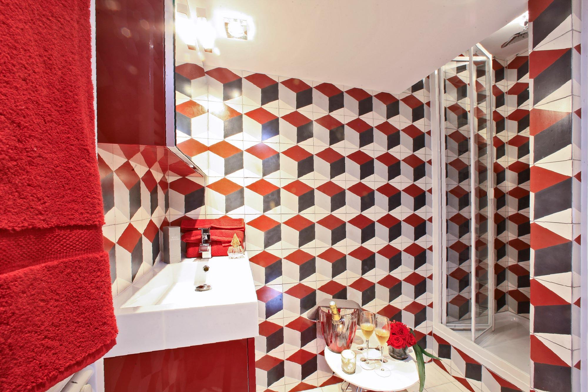 La salle de bain de la location saisonnière à Sarlat Les Colettines